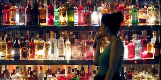 Die Forscher vermuten, dass etwas Alkohol angstlösend wirkt, was dazu führt, dass man unter dessen Einfluss unbeschwerter an Gespräche in einer anderen Sprache herangeht. Doch sie warnen auch davor, die Wirkung zu überschätzen.