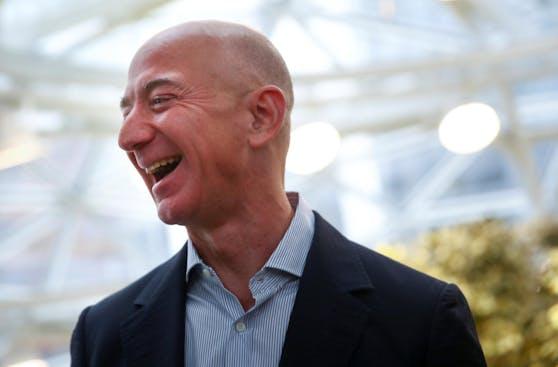 Ist mit einem geschätzten Vermögen von rund 188 Milliarden Dollar derzeit der reichste Mensch der Welt: Amazon-Chef Jeff Bezos. (Archivbild)