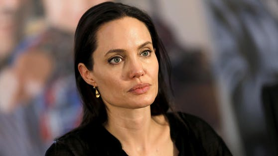Angelina Jolies Stimmung kippt: Der Romantik-Urlaub von Brad Pitt und Nicole Poturalski passt ihr gar nicht.