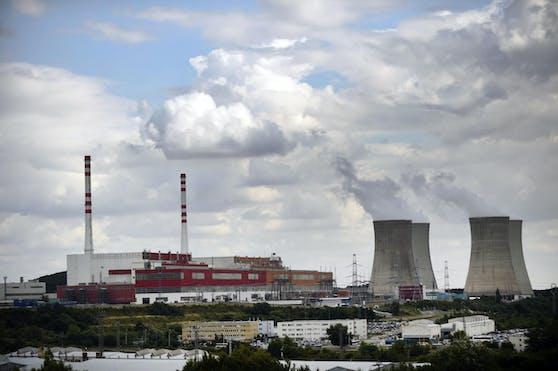Die slowakische Atombehörde UJD hat ihre Betriebserlaubnis für den in Bau befindlichen Atomreaktor in Mochovce veröffentlicht. Klimaschutzministerin Leonore Gewessler (Grüne) kündigt eine genaue Überprüfung des Bescheids an.