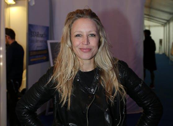 Schauspielerin und Sängerin Nina Proll übt heftige Kritik an der Regierung im Umgang mit der Coronakrise.