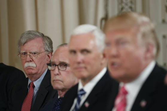 """""""Es ist wirklich schwierig, irgendeine signifikante Entscheidung Trumps während meiner Zeit im Weissen Haus zu identifizieren, die nicht von Überlegungen zu seiner Wiederwahl getrieben war"""": Donald Trumps Ex-Berater Bolton (hinten links) erhebt in seinem Enthüllungsbuch schwere Vorwürfe."""