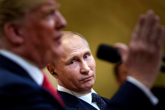 US-Präsident Donald Trump (l.) und der russische Präsident Wladimir Putin (r.) auf einem Archivbild vom 16. Juli 2018.