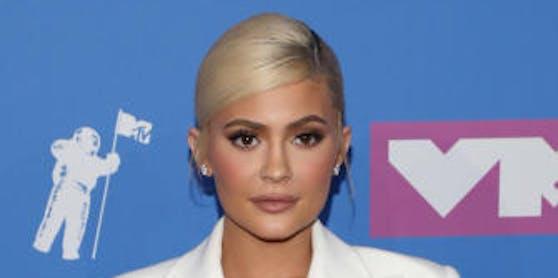 Kylie Jenner überzeugte im Smoking-Kleid von Tom Ford.