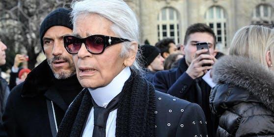 """Über die Zeit hinweg arbeitete Lagerfeld bei den weltweit bekanntesten Modehäusern, darunter Valentino, Fendi, Chloe und Chanel. 1984 launchte er sein eigenes Label """"Karl Lagerfeld""""."""