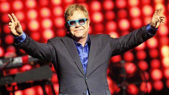 Sir Elton John nahm als einer der ersten Gäste hinter dem Podcast-Mikrofon von Meghan und Harry Platz.