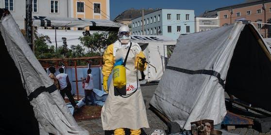 """""""Heute"""" schlüpfte in einen Ebola-Anzug. Eine umständliche Prozedur. Fazit: Heiß! Unfassbar heiß, sogar."""