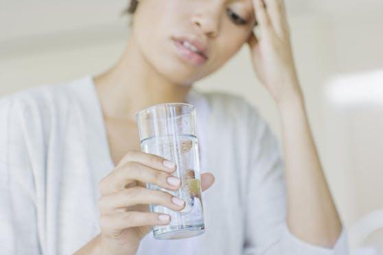 Wer sich beim Wassertrinken schwertut, kann auch Früchte einlegen, damit es einen besseren Geschmack bekommt.