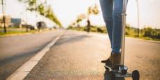 Radfahrer krachte gegen E-Scooter-Fahrer auf Gehsteig