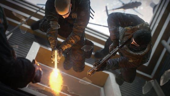 Mit der richtigen Mischung aus Taktik und Zerstörung greifen die Teams in Tom Clancy's Rainbow Six Siege ihre Gegner bei Belagerungen an, in denen beide Seiten über einzigartige Fähigkeiten und Gadgets verfügen.