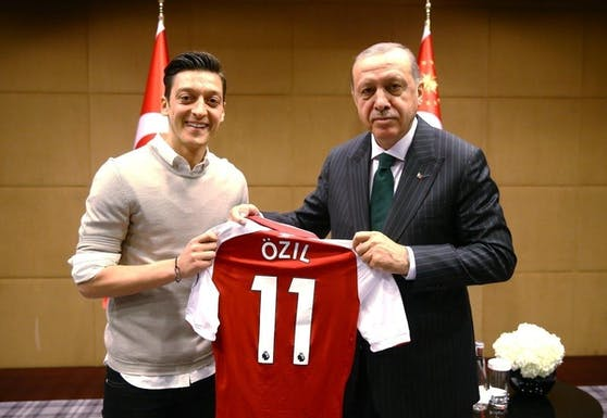 Von Özil erhält Erdogan ein Arsenal-Trikot.