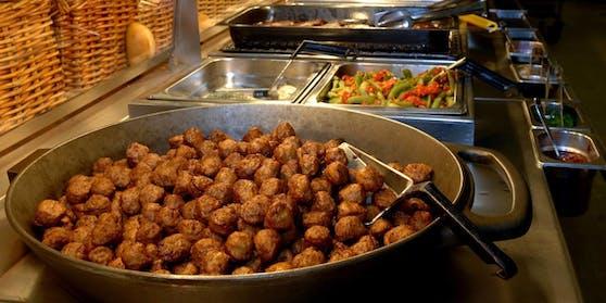 Pfanne mit Köttbullars am Buffet eines Ikea Restaurants.