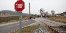 Rotlicht übersehen - Zug erfasst Pkw