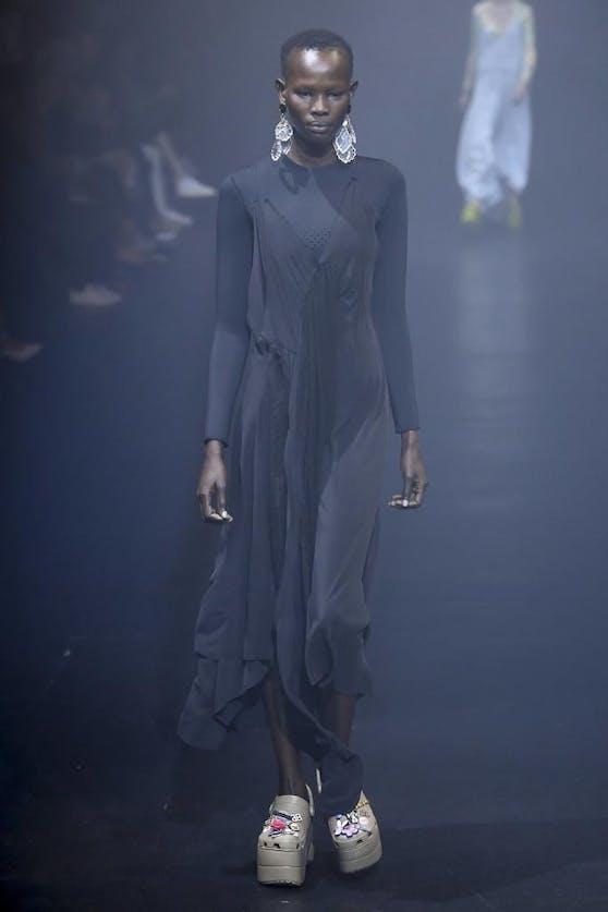 Balenciaga ist für außergewöhnliches Avantgarde-Design bekannt. Jetzt beklagt sich eine Berliner Studentin über das Abkupfern ihrer Werke.