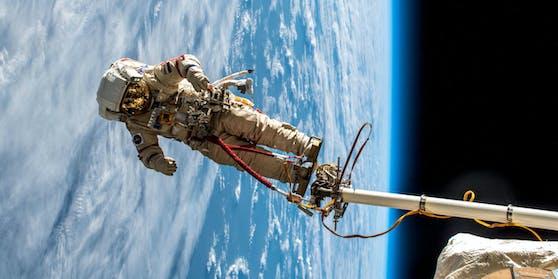 """Mit rund 27.580 km/h """"fällt"""" die ISS so schnell um die Erde, dass die Fliehkraft sie mehr oder weniger in der Umlaufbahn hält. An Bord merkt man davon aber nichts."""