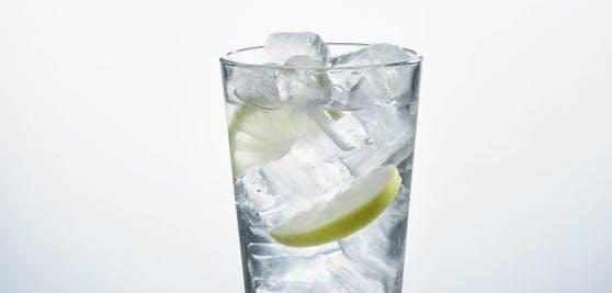 Eiswürfel sind Alleskönner! Neben Drinks kühlen, können sie auch noch Hautprobleme lösen.