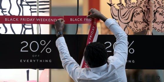 Seit Tagen bereiten Geschäfte ihre Kunden auf den Black Friday vor.