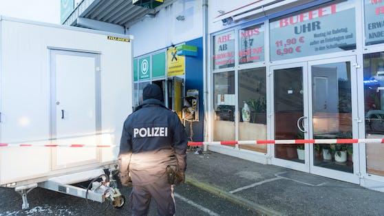 Symbolbild eines Polizeieinsatzes nach einer Bankomatsprengung.
