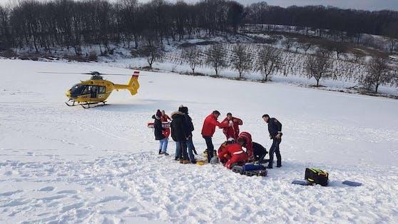 Die Frau wurde bei dem Rodelunfall verletzt und musste ins Spital geflogen werden. Symbolbild