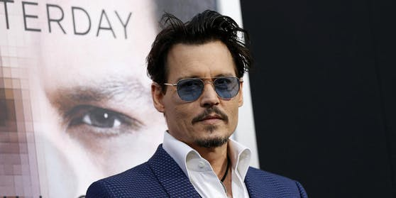 """Laaange bevor Vanessa Paradis und Amber Heard im Leben des Schauspielers auftauchten tourte Johnny Depp mit seiner Band """"The Flames"""". Der Frontman hatte auch die Frontrow stets im Auge. Er schlief mit einem 13-jährigen Groupie."""