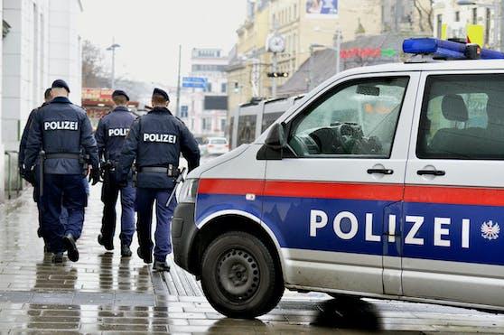 Die Polizei sucht nach zwei Verdächtigen nach einer Messerstecherei.