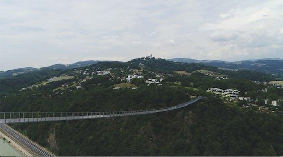 500 Meter lang und 110 Meter hoch. Die neue Hängebrücke in Linz hat es in sich. Der Linzer Zoo allerdings lehnt sie ab.