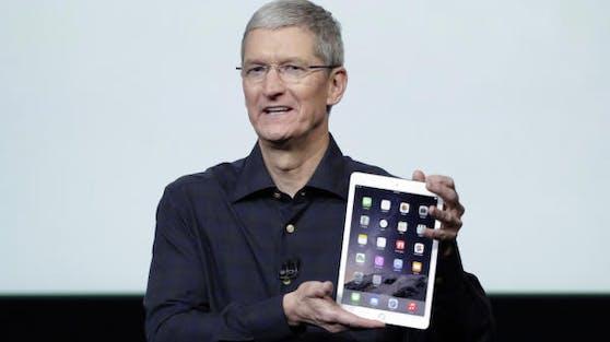 Apple-Chef Tim Cook mit einem iPad.