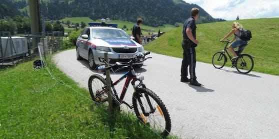 Die Beamten kontrollierten einen Radfahrer.