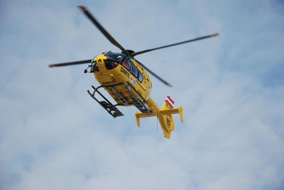 Er wurde mit dem Notarzthubschrauber ins Spital geflogen.