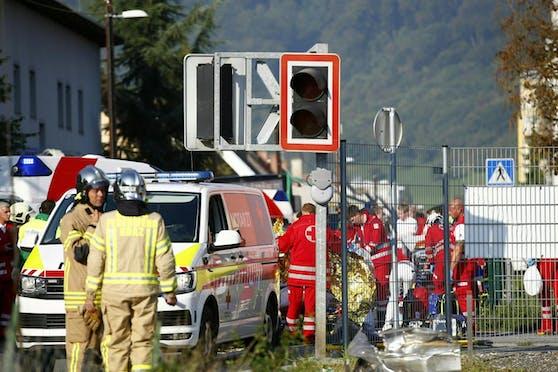 Einsatzkräfte am Schauplatz der Kollision zwischen einem Zug und einem Auto. (Symbolbild)