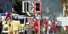 Lenker übersieht Rotlicht bei Bahnübergang und crasht