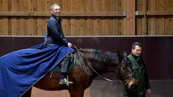"""Der damalige Innenminister Herbert Kickl (FPÖ) auf dem Pferd """"Karlo"""" der Reiterstaffel der bayerischen Polizei, am Donnerstag, 15. Februar 2018, in München."""