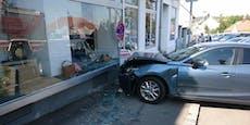 Frau kracht mit Auto in Schaufenster von Geschäft