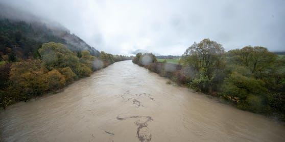 Im Bild: Die stark angeschwollene Drau bei Klebach (Bezirk Spittal/Drau) am 29. Oktober.