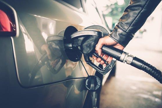 Ein Zapfhahn in der Tanköffnung eines Autos. Symbolfoto