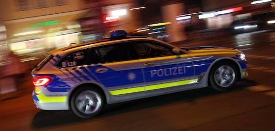 Auf der Flucht vor der Polizei ist in Niederbayern ein mit sieben Menschen besetztes Auto gegen einen Baum gefahren. (Symbolbild)