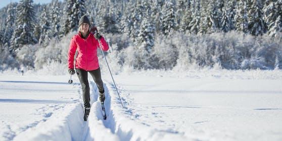 Beim Langlaufen werden etwa 90 bis 95 Prozent der Muskeln aktiviert. Das optimale Wintertraining für Läufer und andere Ausdauersportler - und auch für eine gute Figur. Fürs Langlaufen braucht es viel Power im Rumpf und circa 500 bis 600 Kilokalorien pro Stunde werden verbrannt.