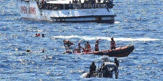 """Flüchtlingsdrama im Mittelmeer: Wieder sprangen mehrere Menschen von Bord des Rettungsschiffs """"Open Arms""""."""