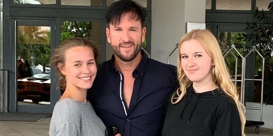 """Hier freuen sich Wendler und Laura über ihre Rückkehr vom """"Sommerhaus der Stars"""" und posieren mit Wendlers Tochter Adeline, die mit ihren 18 Jahren fast gleich alt wie Papis Freundin ist."""