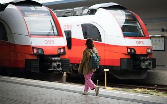 Umweltministerin Leonore Gewessler schnürt ein milliardenschweres Investitionspaket für den Öffentlichen Verkehr.