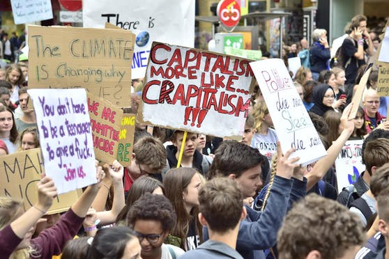 """Ein Bild vor Corona. Teilnehmer der weltweiten Klima-Protestaktion """"Earth Strike"""" in Wien."""