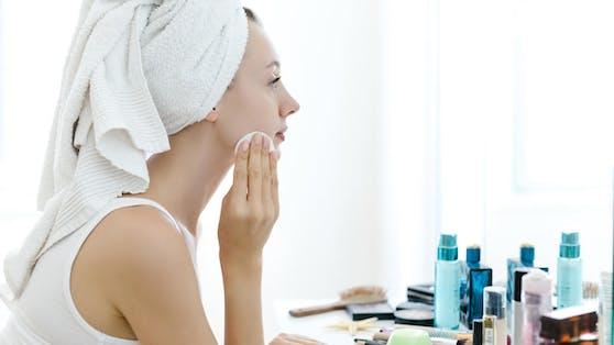 Einige Hausmittel, die auch garantiert jeder im heimischen Haushalt findet, sollen gegen Hautunreinheiten helfen.