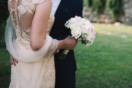Ein Braut wird für ihren Entscheid kritisiert, ihre fleischessende Familie nicht zur Hochzeit einzuladen.