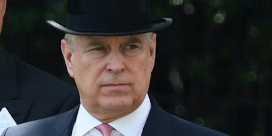 Prinz Andrew wird vorgeworfen, Sex mit einer Minderjährigen gehabt zu haben. Epstein soll die junge Frau zur Prostitution gezwungen haben.