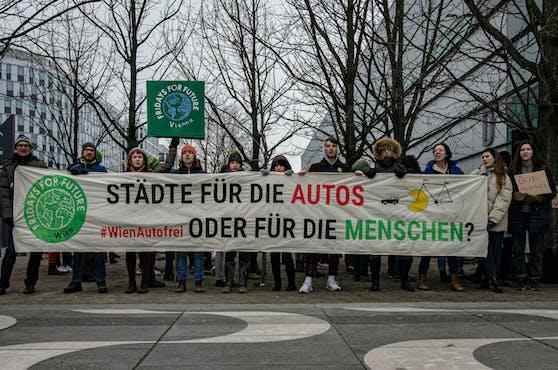 Schon am Freitag protestierte das Kollektiv Fridays for Future gegen die Kraftfahrzeuge.