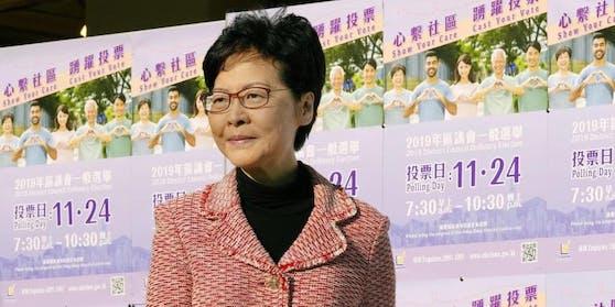 """Nach der schweren Wahlschlappe will Hongkongs Regierungschefin Carrie Lam """"demütig und ernsthaft"""" nachdenken."""