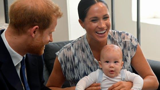 Seit 2019 bereichert Archie das Familienglück von Prinz Harry und Herzogin Meghan. Nun löste seine geänderte Geburtsurkunde ziemlichen Wirbel aus.