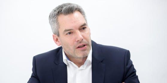 Innenminister Karl Nehammer bekommt volle Breitseite von Doskozil ab.