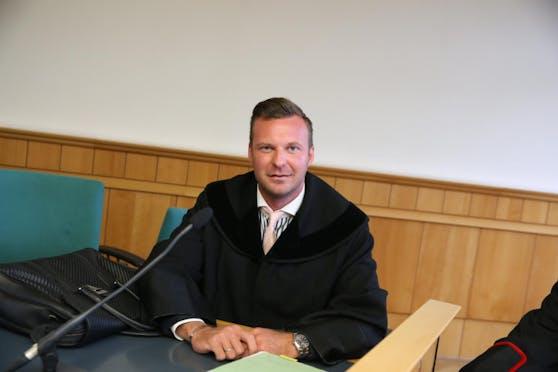 Anwalt Philipp Wolm verteidigt.