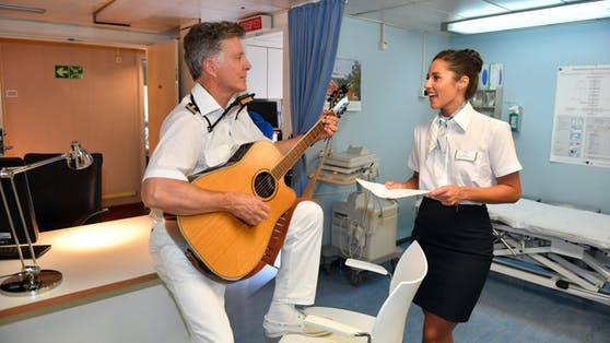 """Nick Wilder, der selbst Musiker ist, bei einer """"Traumschiff""""-Jam Session mit Sarah Lombardi"""